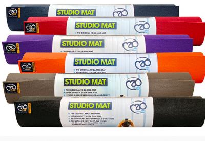 En yogamåtte i slidstærk kvalitet. Egner sig til de fleste yogatyper. Måtten er isolerende og en anelse tykkere end de fleste standard. Øko-tex mærket, ftalatfri PVC, måler: 183cm x 61cm x 4,5mm. Farve: grå.     PRIS 259,-