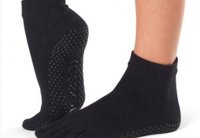 Toesox er ideelle til yoga i den koldere tid, eller til dig der ønsker at beholde strømperne på. Toesox har anti-slip dutter på undersiden, hvilket giver et godt og sikkert greb. 77% økologisk bomuld.    PRIS 110-