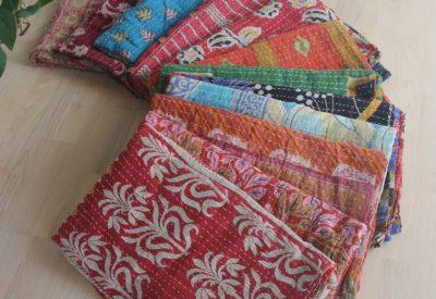 Vintage Katha tæpper, produceret af genbrugte indiske sarier. Alle tæpperne er forskellige, skriv evt. dit ønske når du bestiller, eller kom op og vælg i studiet.    PRIS 495,-  TILBUD 2 for 795,-