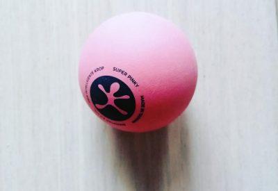 """Triggerpoint Massage-bold i hårdhed """"medium/hård"""". Kan bruges til akupressur-massage, fodmassage, triggerpoint afspænding/massage. Bolden bliver modsat eks. en tennisblod ikke flad og ødelagt ved gentagende brug. Diameter 6,5 cm    PRIS stk. 55,-"""
